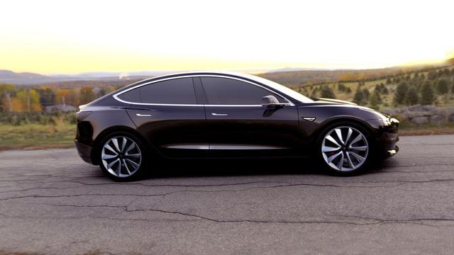 Elon Musk overhandigt eerste Model-3 auto's van Tesla