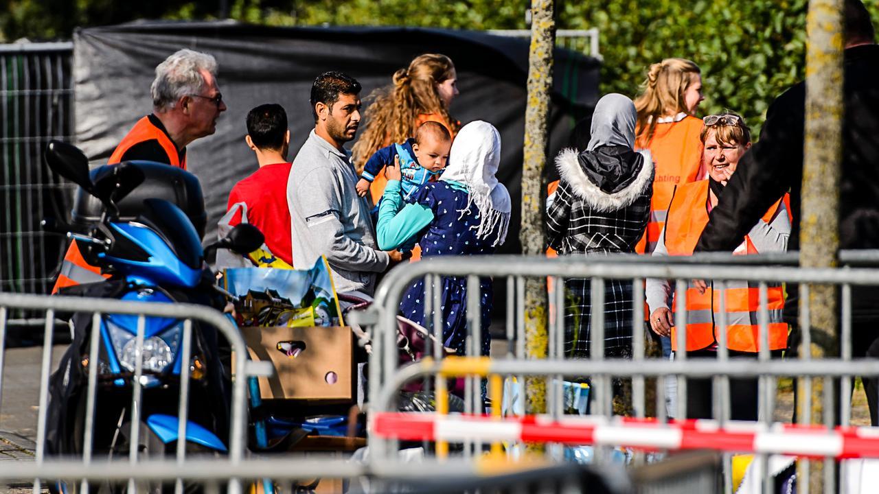 Groep relschoppers bestormt vluchtelingenopvang