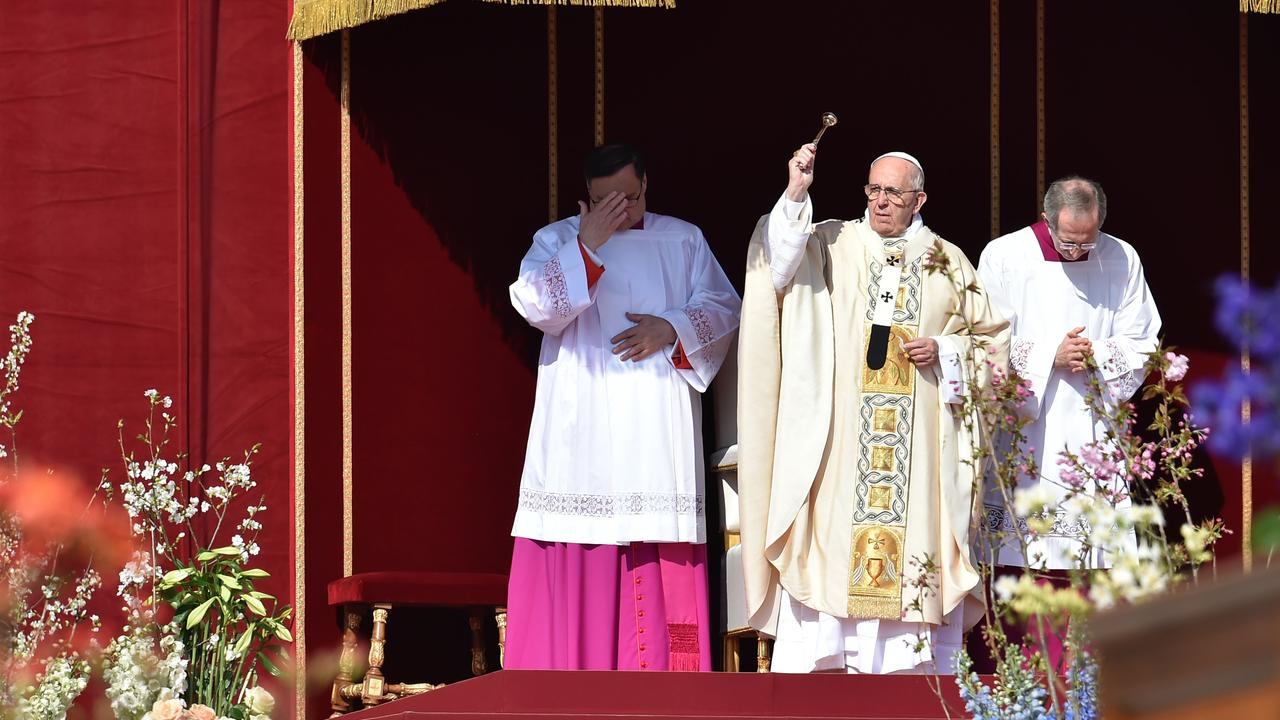 Duizenden mensen vieren paasmis met paus Franciscus