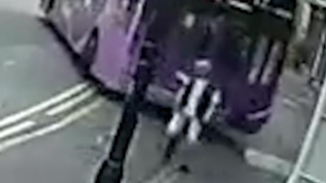Man loopt ongedeerd verder nadat bus hem omver rijdt
