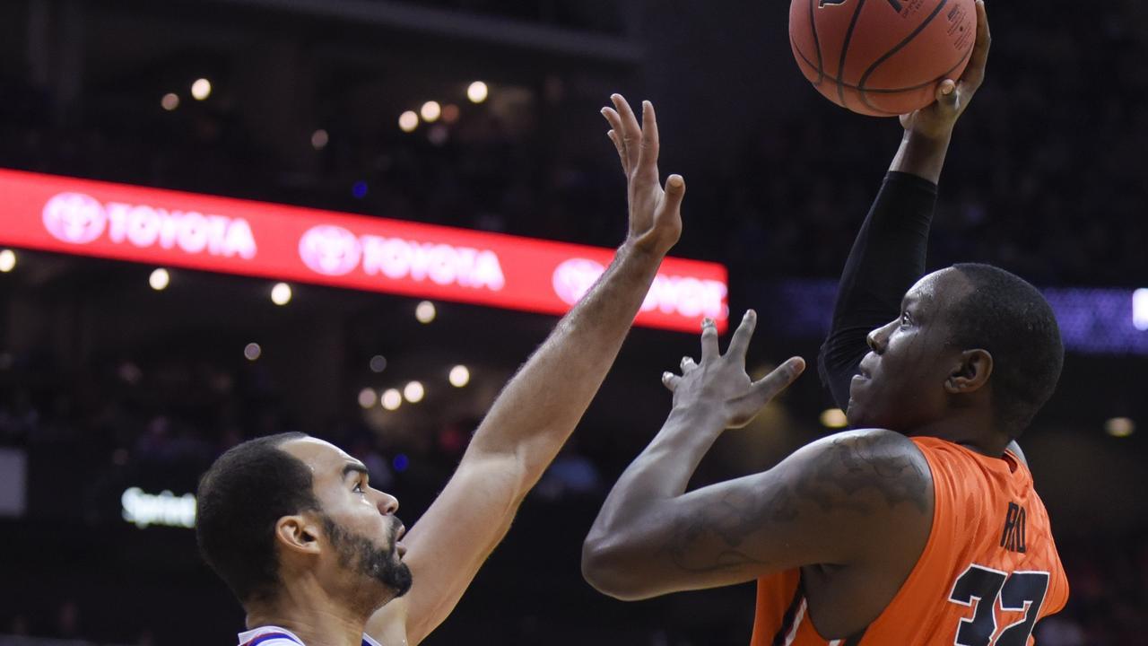 Basketballer laat scheidsrechter struikelen