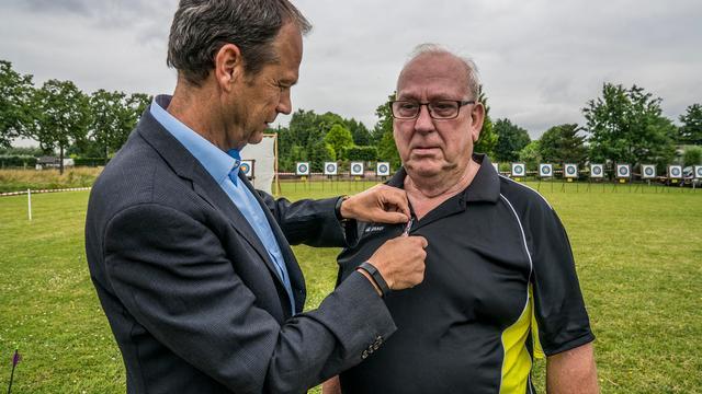 Handboogsporticoon Tony de Jong krijgt speldje