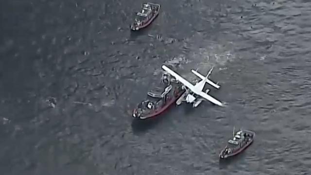 Watervliegtuigje wordt na noodlanding weggesleept in New York