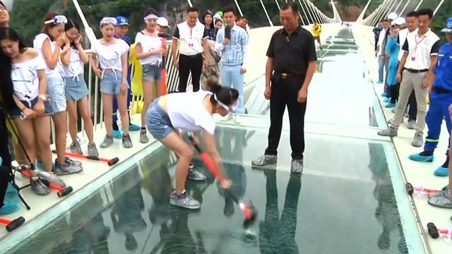 Chinezen testen veiligheid glazen brug voor opening