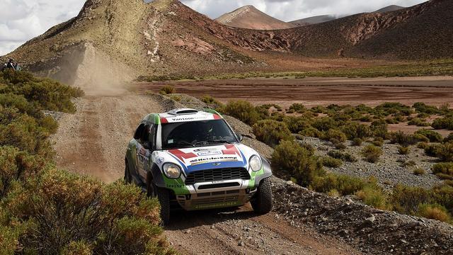 Autocoureur Van Loon blij dat hij zware dag Dakar goed is doorgekomen