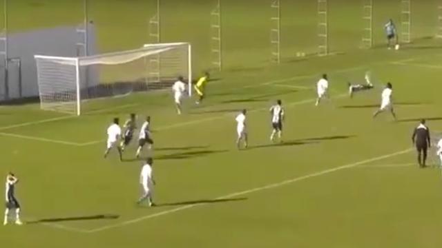 Fabelachtig doelpunt tijdens juniorenwedstrijd in Brazilië