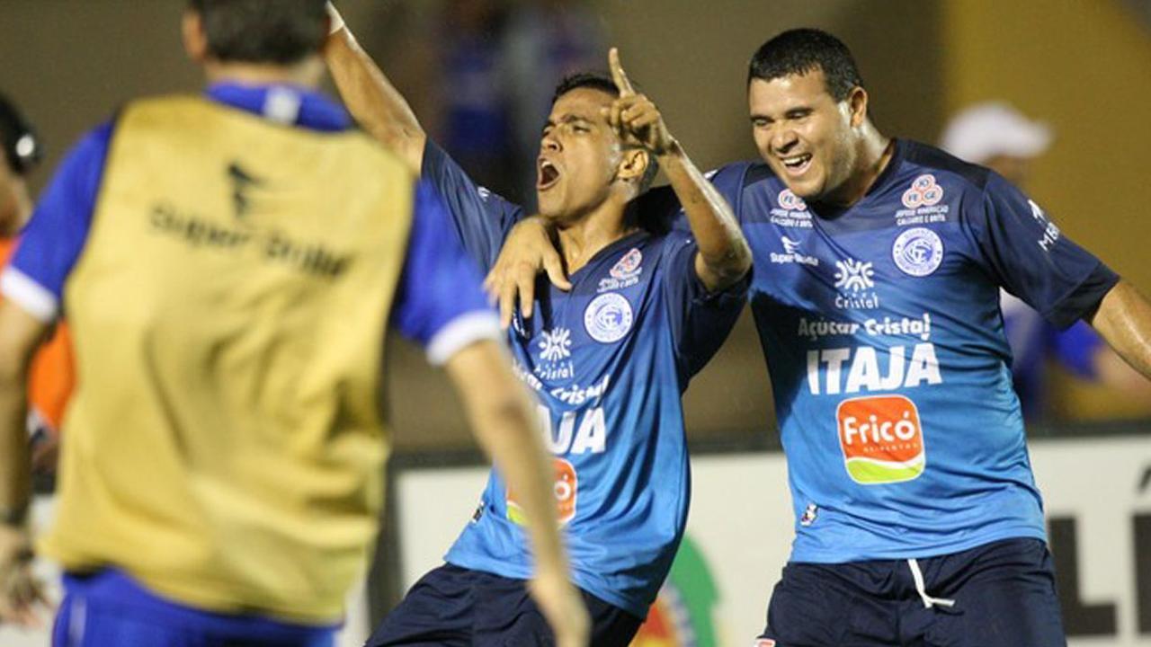 Lira (Goianesia) scoort tegen Atlético Clube