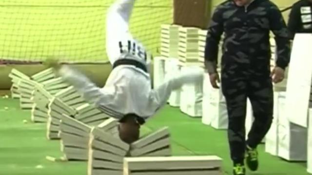16-jarige Bosniër breekt 111 stenen met hoofd terwijl hij salto's maakt