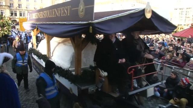 Dresdenaren snijden 's werelds grootste kerststol aan