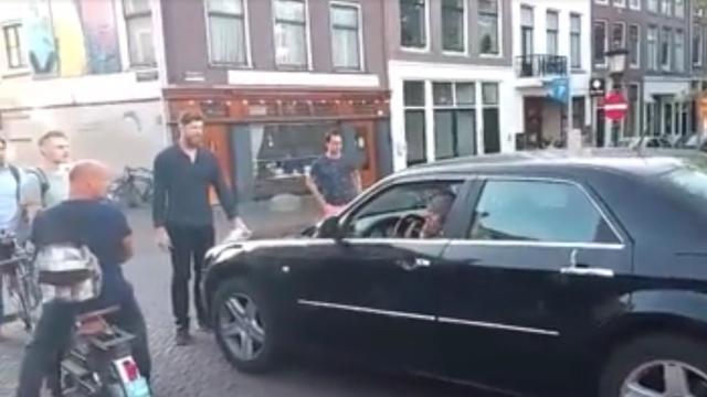 Automobilist rijdt mensen aan op Oudegracht