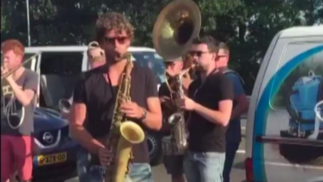 Bandleden maken muziek om tijd te doden in file bij Apeldoorn