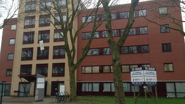 Justitie buigt zich over gekraakt oud-UWV-kantoor in Hoograven