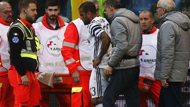 Juventus moet Dani Alves vier maanden missen door beenbreuk