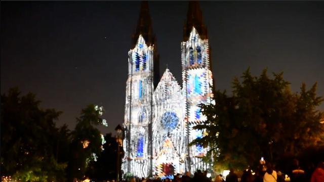 Lichtshow in Praag verandert kerk in kunstwerk