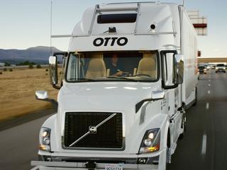 Autonome vrachtwagen werd in stad door chauffeur bestuurd