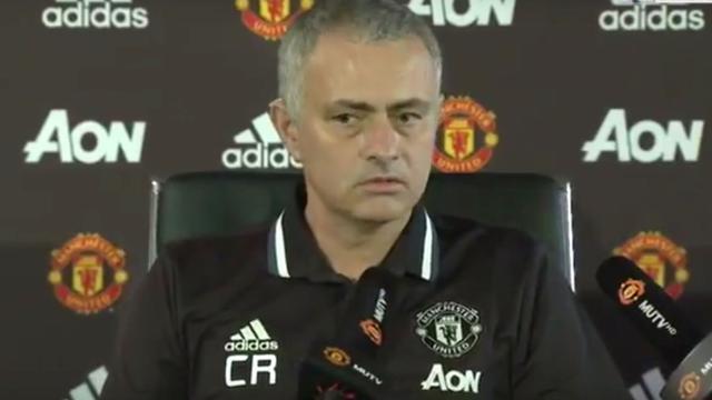 Mourinho steunt ontslagen Ranieri met initialen CR op polo