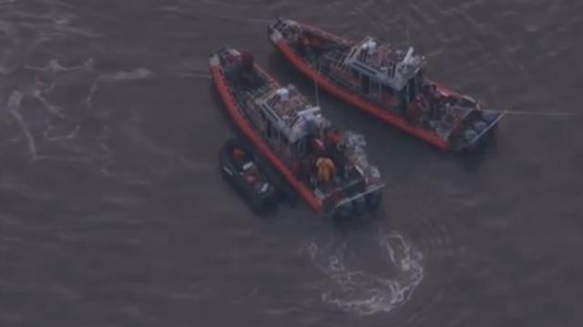 Hulpdiensten arriveren na crash jachtvliegtuig in Hudson-rivier