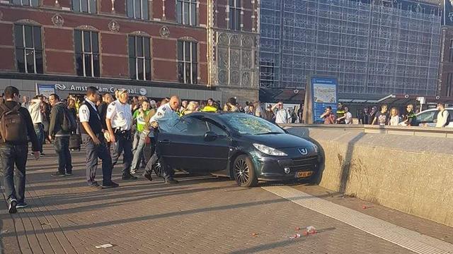 Geen opzet bij man die inreed op voetgangers Amsterdam CS