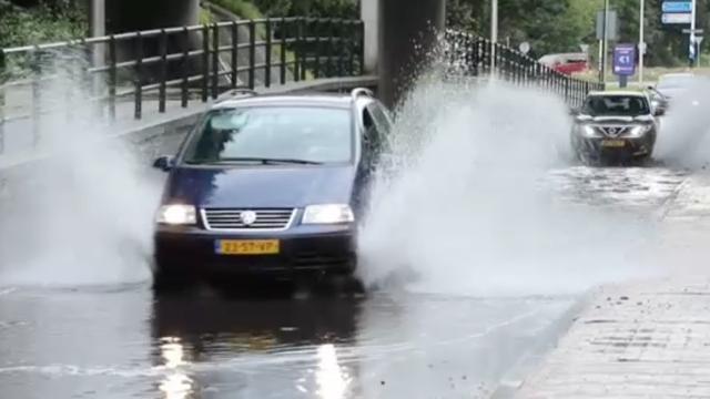 Straten lopen onder in Oost-Nederland door zware buien