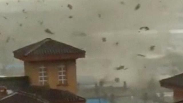 Dakpannen vliegen de lucht in door tornado in Chinese stad