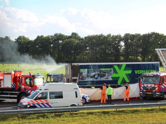 Zeker een dode nadat vrachtwagen inrijdt op file op de A7 bij Joure