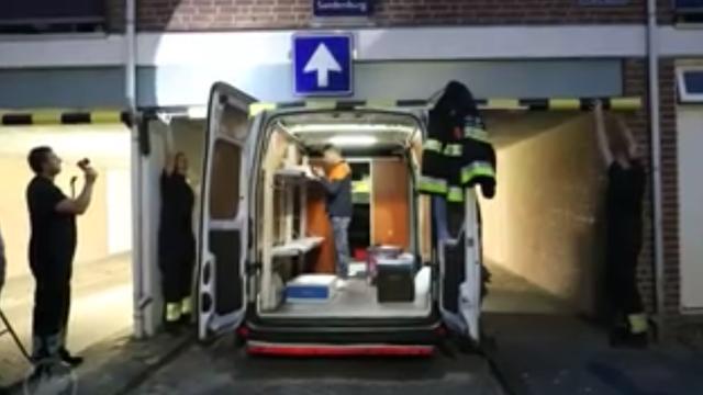 Pakketbezorger met busje klem onder woning in Haarlem