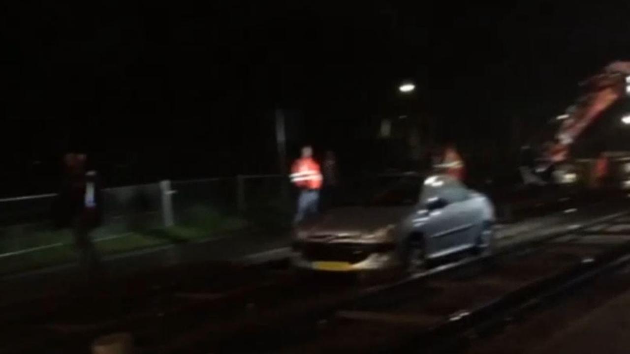 Auto komt vast te zitten in trambaan Middenweg