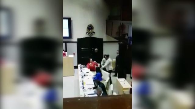 Vrouw slaat lid oppositiepartij in het gezicht in parlement Curaçao
