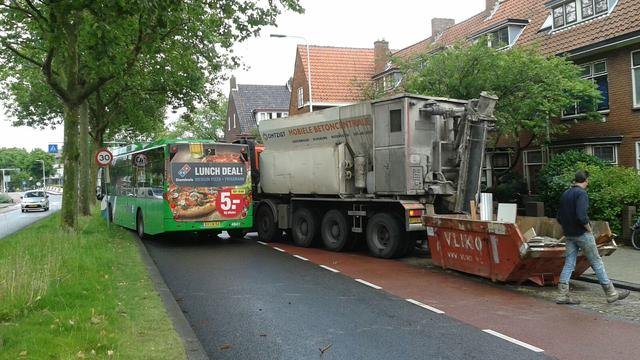 Aanrijding tussen bus en betonwagen