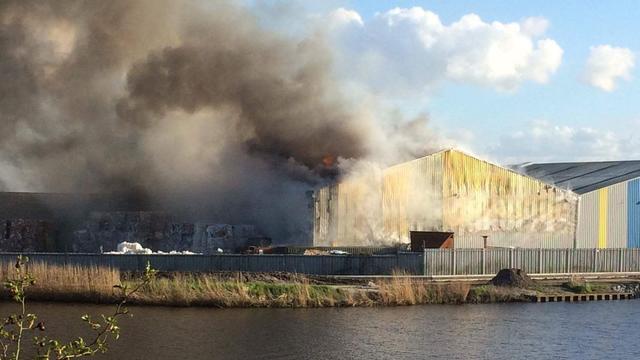 Grote brand in papierloods in Scheemda