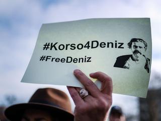 Deniz Yücel zat al bijna twee weken in voorlopige hechtenis