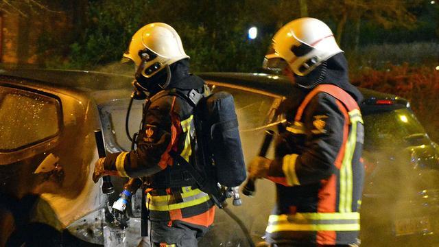 Auto brandt uit bij station Leiden Lammenschans