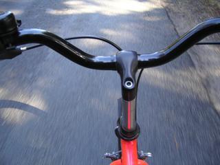 Mannen vielen op, doordat zij achterwiel van fiets hadden opgetild