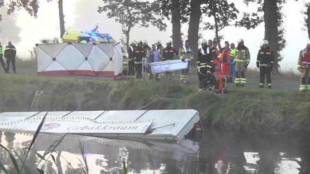 Gebakkraam belandt in water bij ongeval in Gees