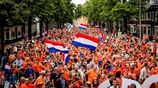Speelsters Nederlands dameselftal ontvangen met parade in Utrecht