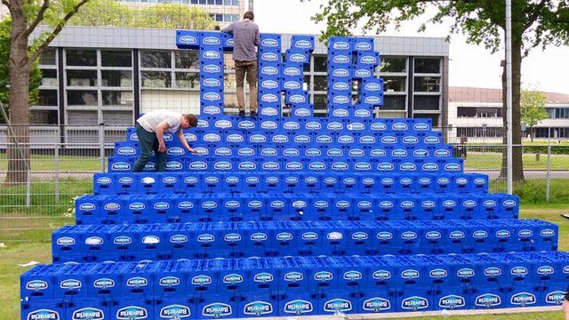 Groningse studenten bouwen tribune van bierkratjes