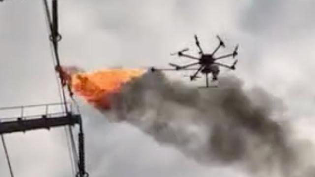 Drone met vlammenwerper maakt hoogspanningskabels schoon