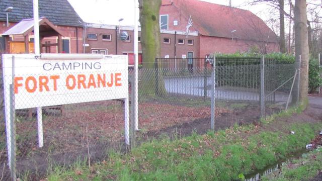 'Travellers' strijken neer op parkeerplaats camping Fort Oranje