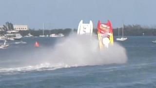 Twee powerboats slaan tegelijkertijd over de kop in Florida