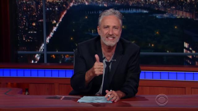 Jon Stewart neemt het voor één keer over