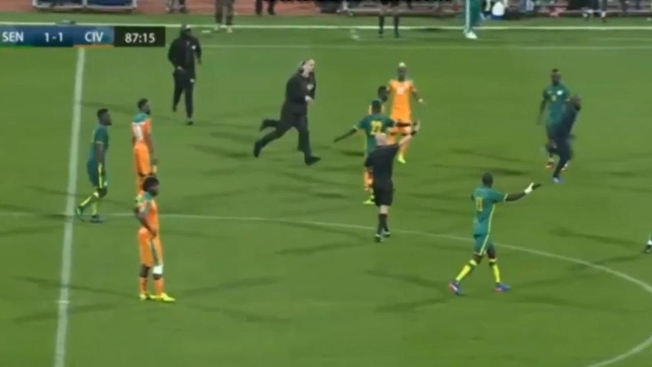 Supporters bestormen veld tijdens wedstrijd Senegal-Ivoorkust