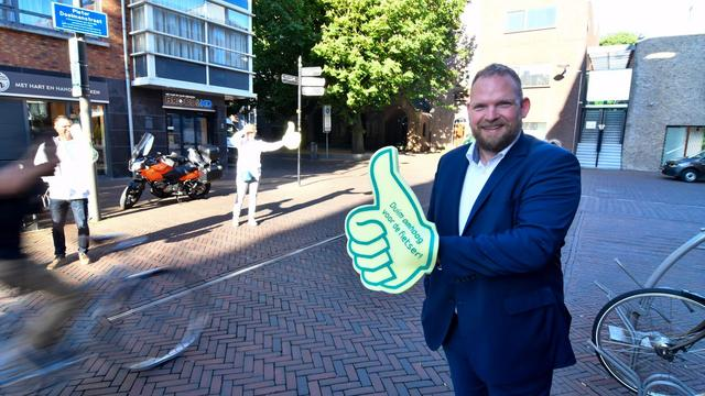 Wethouder Hoekstra bedankt fietsers met grote duim in Alphen aan den Rijn