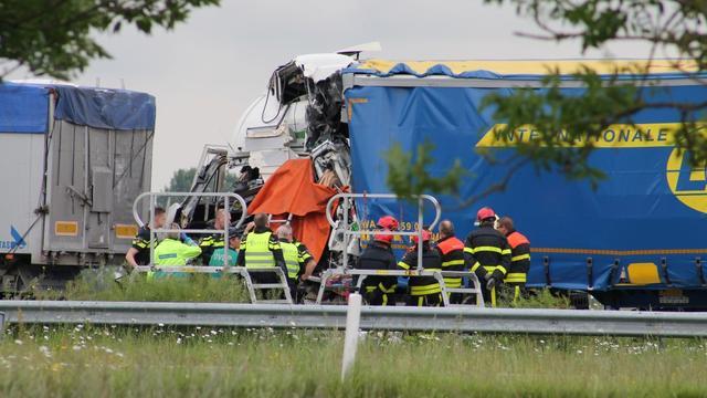Dode bij ongeval met twee vrachtwagens bij Heijningen