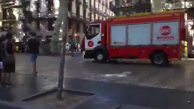 Omstanders rennen in paniek weg nadat busje in Barcelona inrijdt op mensen