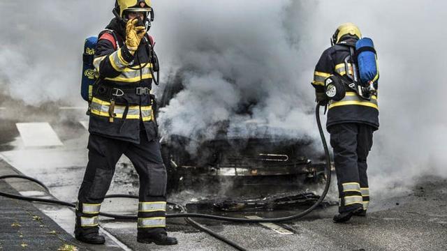 Autobrand in Overvecht aangestoken met aanmaakblokje