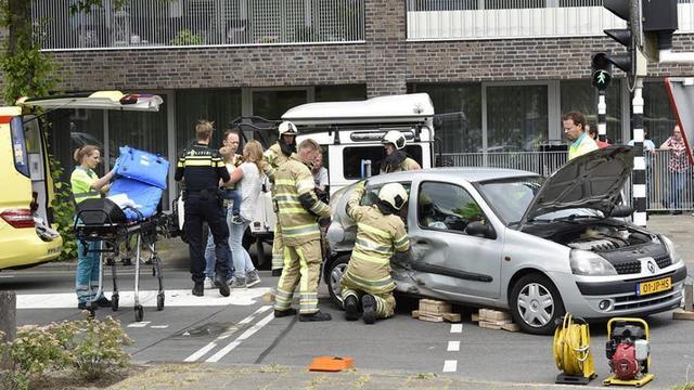 Bestuurder van schrik doorgereden na auto-ongeluk bij Smaragdplein