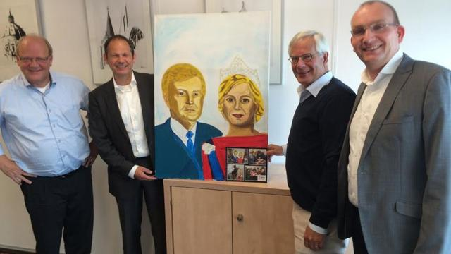 Wethouders schenken schilderij van koningspaar