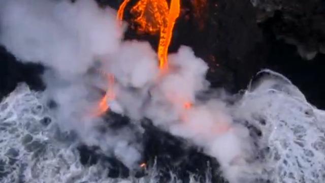 Vulkaan op Hawai spuwt lava in zee