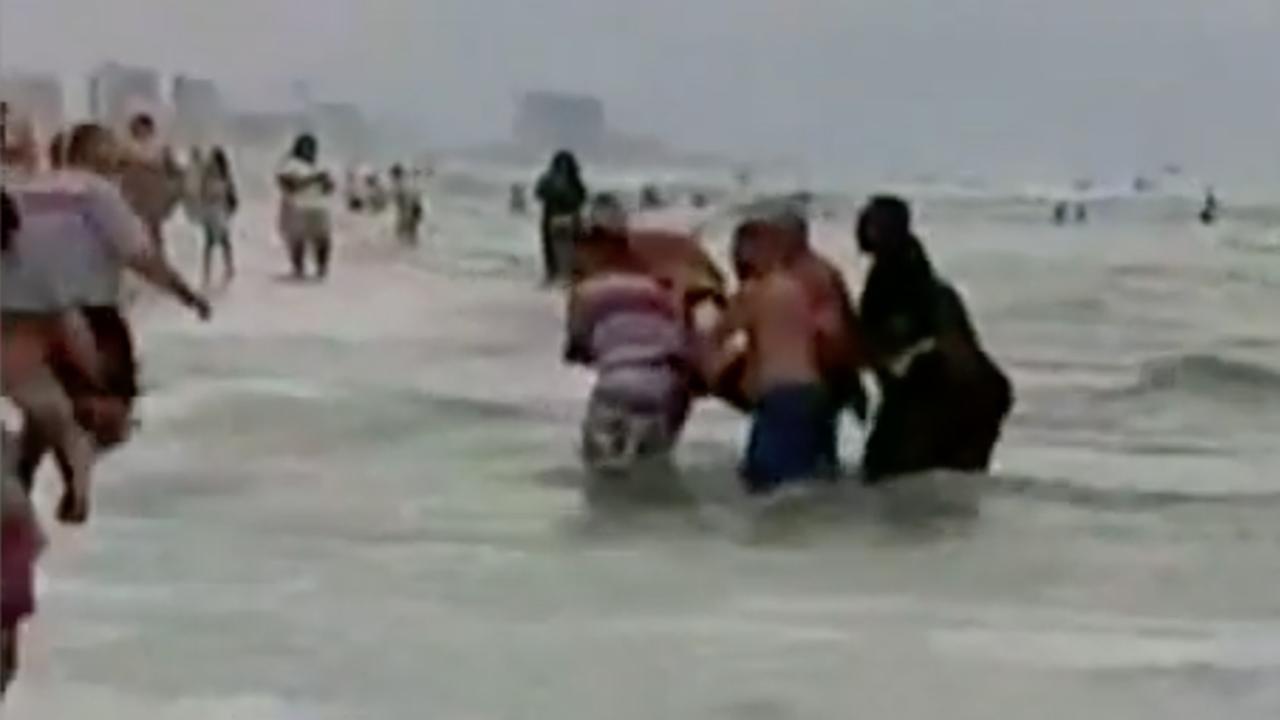 Tientallen mensen vormen ketting om drenkelingen te redden in Florida