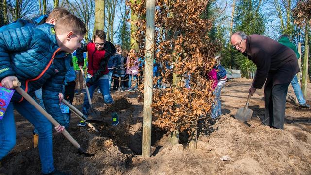 Leerlingen Vinkenbos planten bomen in Fatimapark